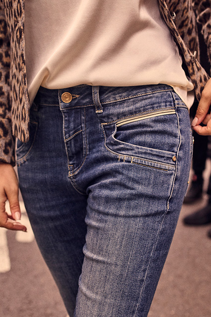 aw-21-selby-dash-jacket-naomi-reloved-jeans